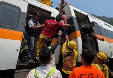 Taiwán: Al menos 48 muertos tras descarrilar un tren