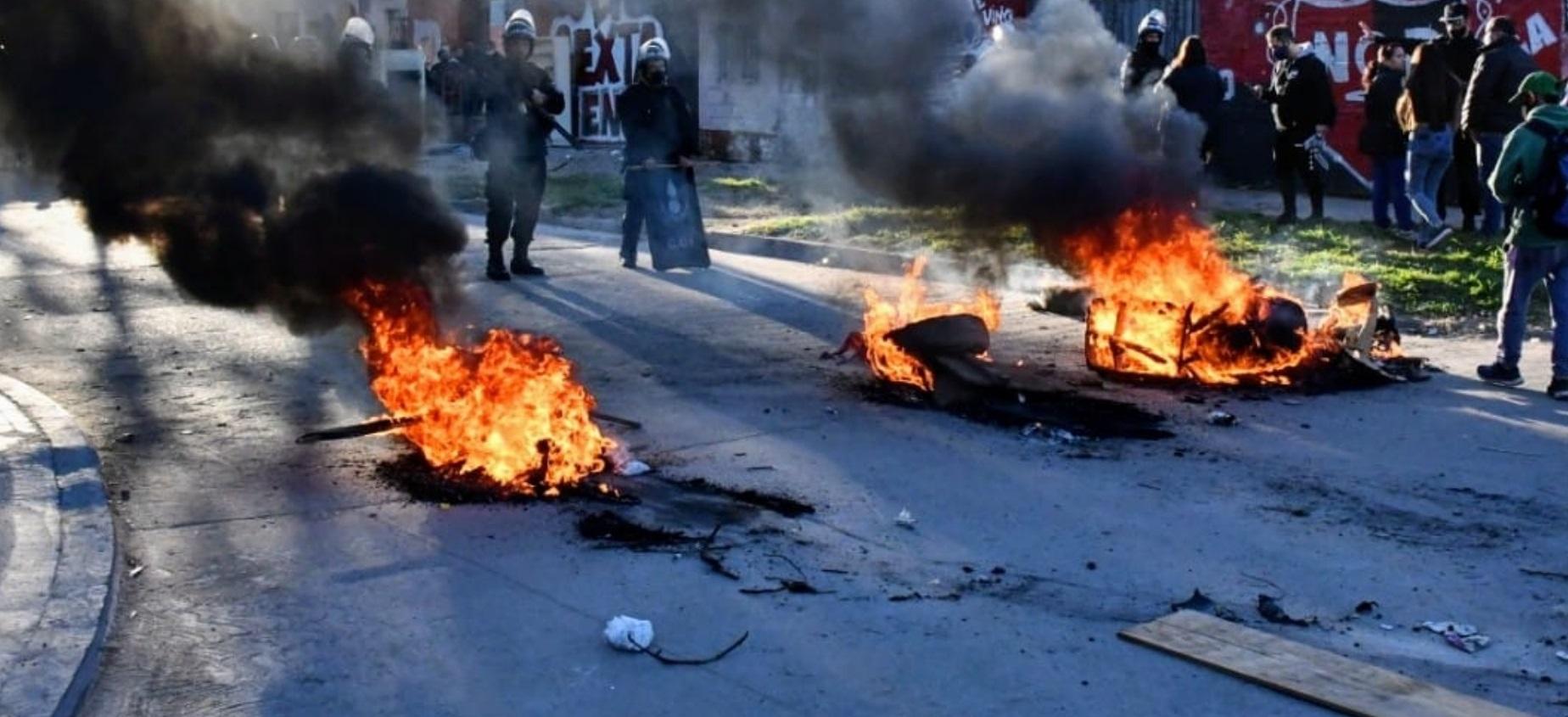 Violento desalojo policial en Villa La Sexta